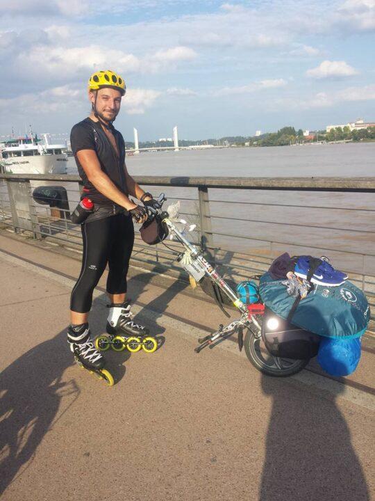 jeremy en roller avec un skatedrive sur un quai a Bordeaux
