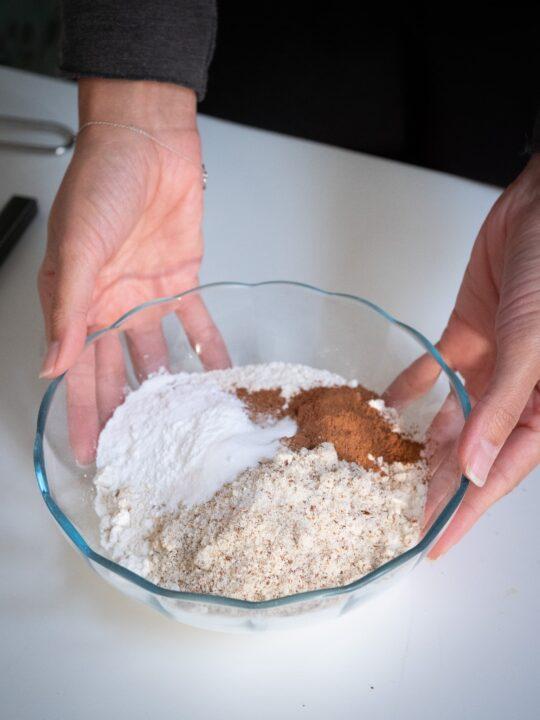 dans un autre saladier mélanger la farine la poudre d'amande les epices le sel levure chimique et bicarbonate