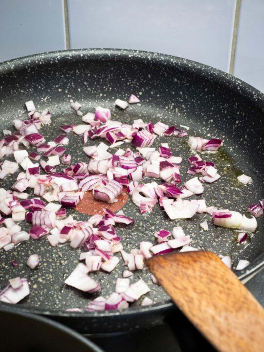 faire revenir les oignons dans une poêle