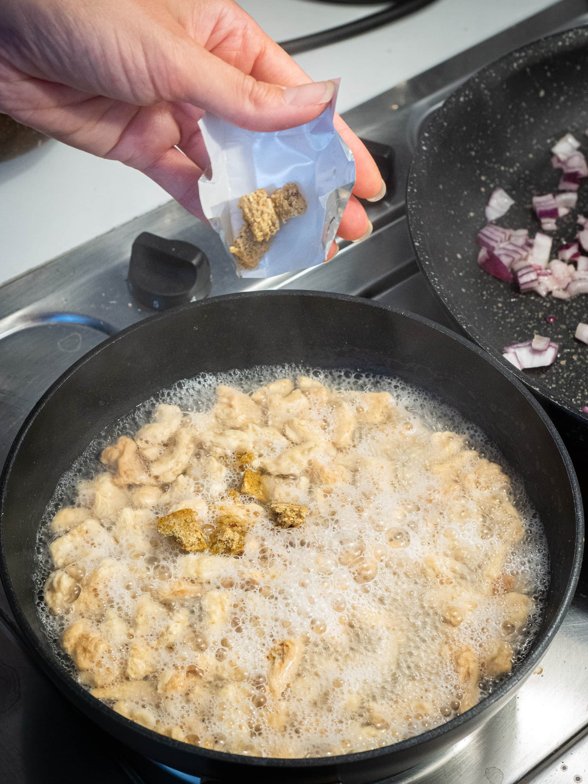 ajouter le cube de bouillon dans l eau des protéines de soja