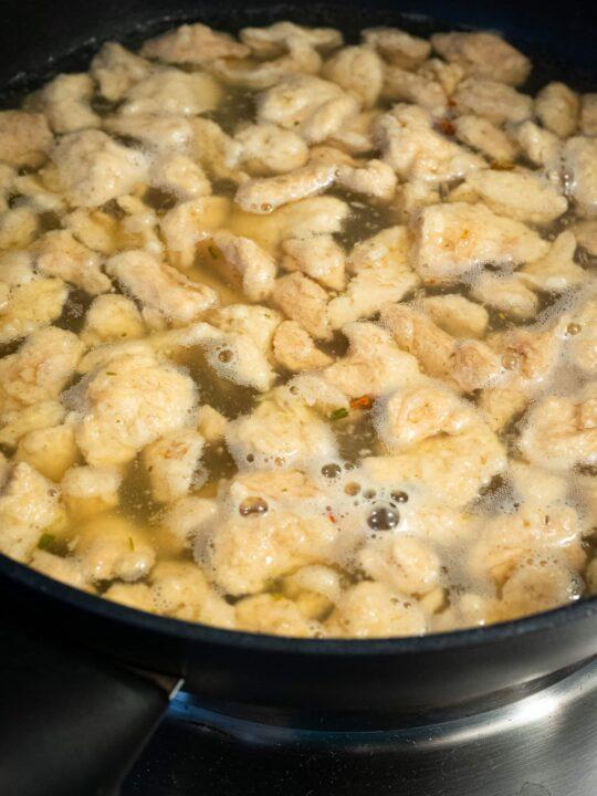 laisser cuire les protéines de soja dans le bouillon