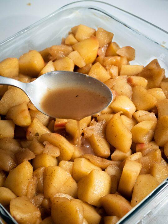 mettre les pommes dans le moule puis verser le jus de cuisson