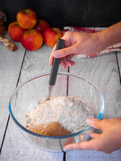 remuer le mélange de farine sucre de coco poudre d'amande