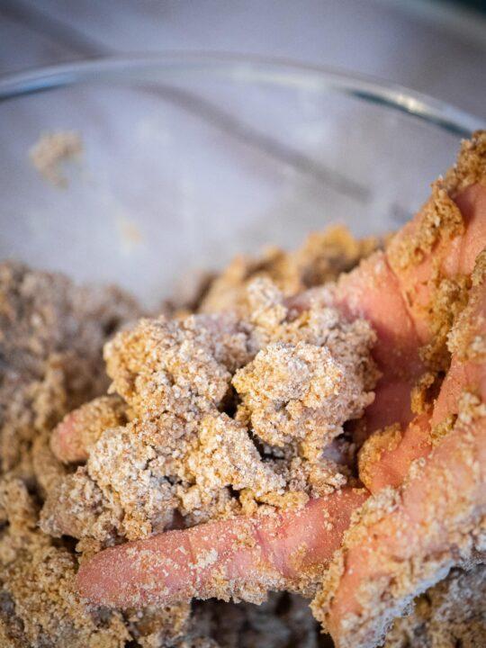 effriter la pâte pour obtenir des grumeaux