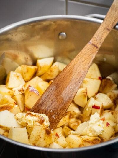 mettre les pommes dans un fait tout avec le jus de citron les épices la margarine et le sucre