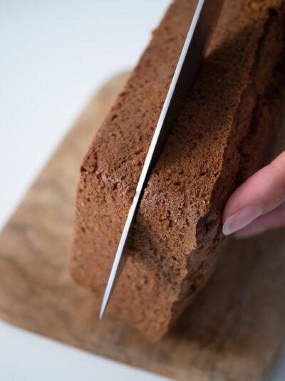 couper le carrot cake vegan dans le sens de la longueur pour pouvoir ajouter un étage de cream cheese végétal