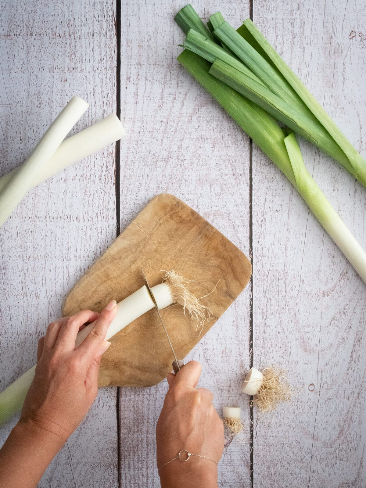 etape 1 pour la realisation de la fondue de poireaux couper les racines des poireaux