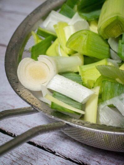 rincer les poireaux dans une passoire