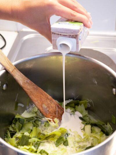 verser la crème de soja dans les poireaux