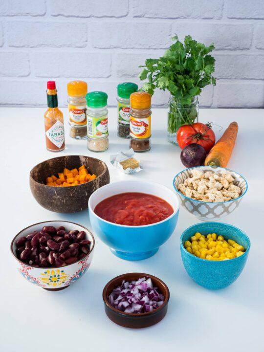 ingrédients pour le chili sin carne épices sauce tomate oignons mais haricots rouges carottes protéines de soja texturées cube de bouillon