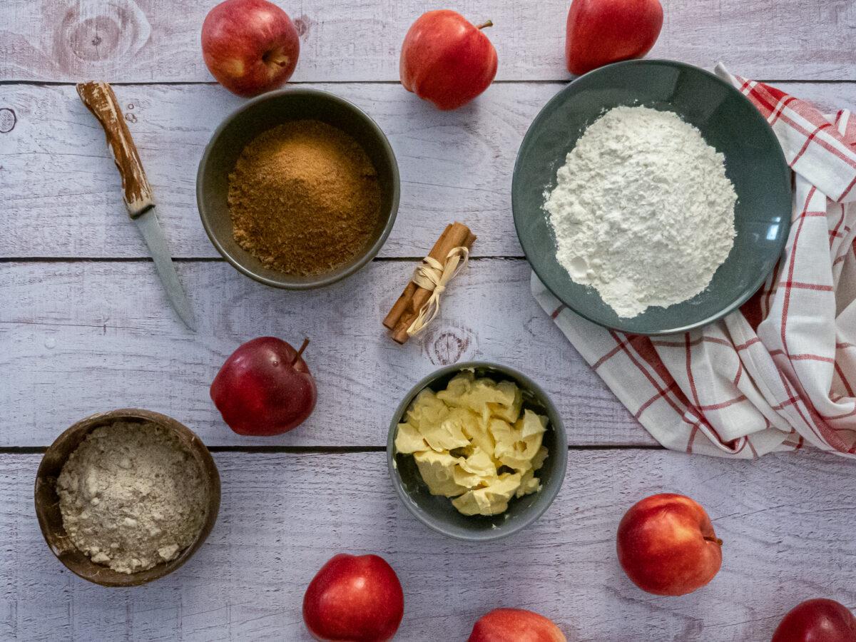les ingrédients du crumble aux pommes vegan pommes sucre de coco épices poudre d'amande margarine et pommes