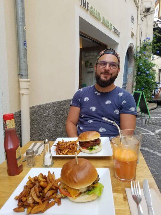 jeremy mange un burger vegan avec des frites un jus de carottes au restaurant green burger factory a antibes