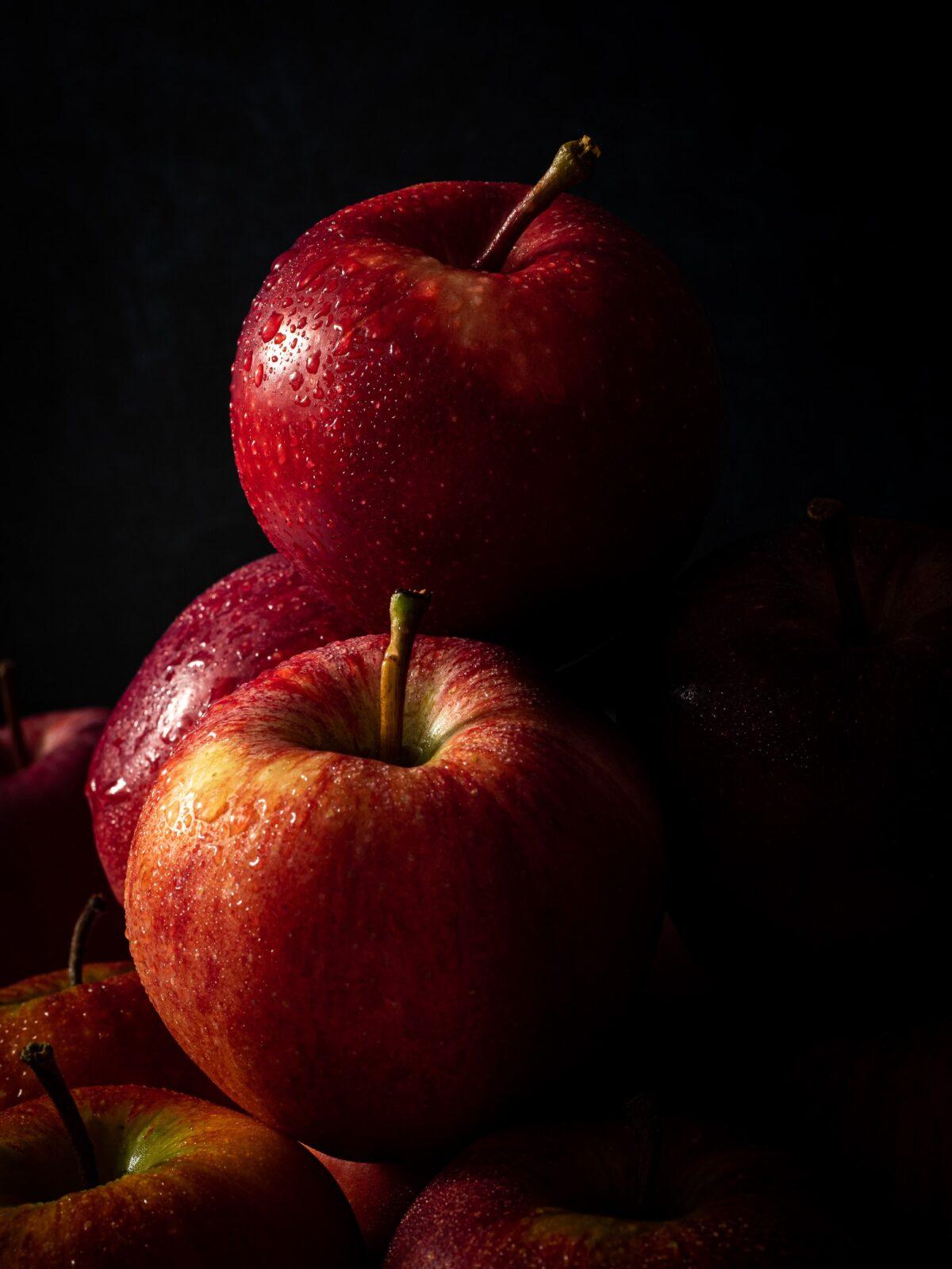 gros plan sur les pommes pink lady avec des gouttes d'eau